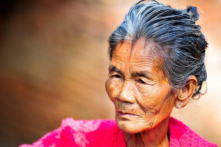 Пожилая женщина из Бирмы