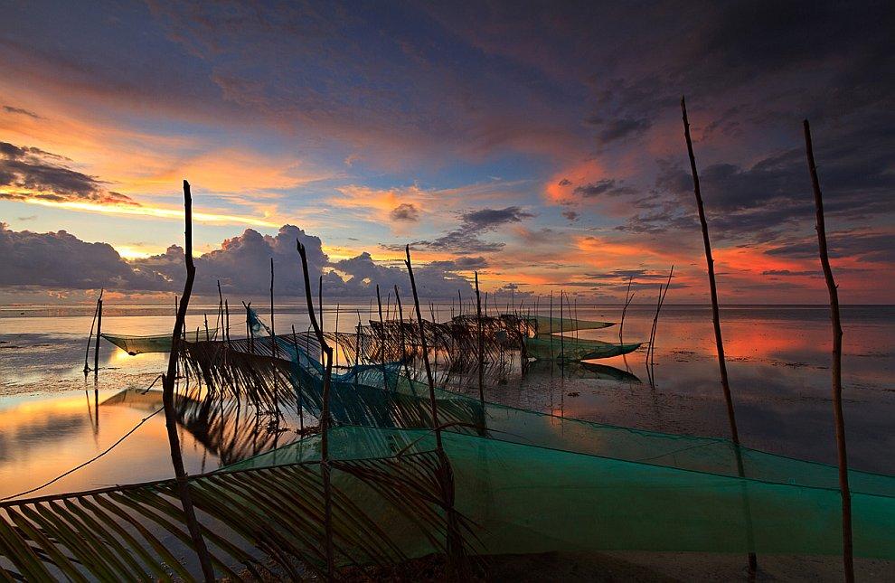 Рыболовные сети на берегу моря