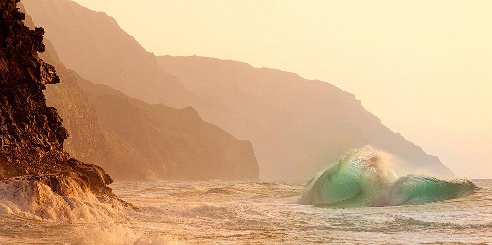 Волна и скалы