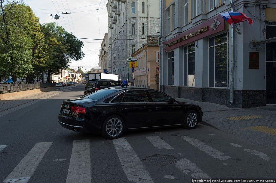 Остановка на пешеходном переходе и тротуарах
