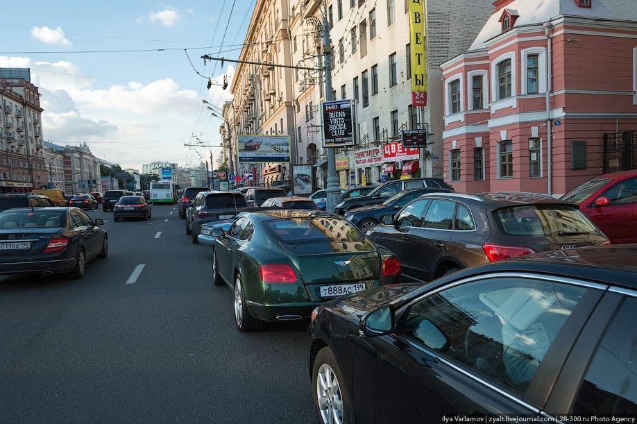 Парковка на трамвайных путях и во 2-м ряду
