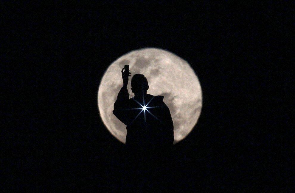 Фотография человека, который фотографирует Луну