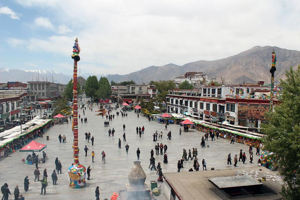 Площадь перед храмом Джоканг