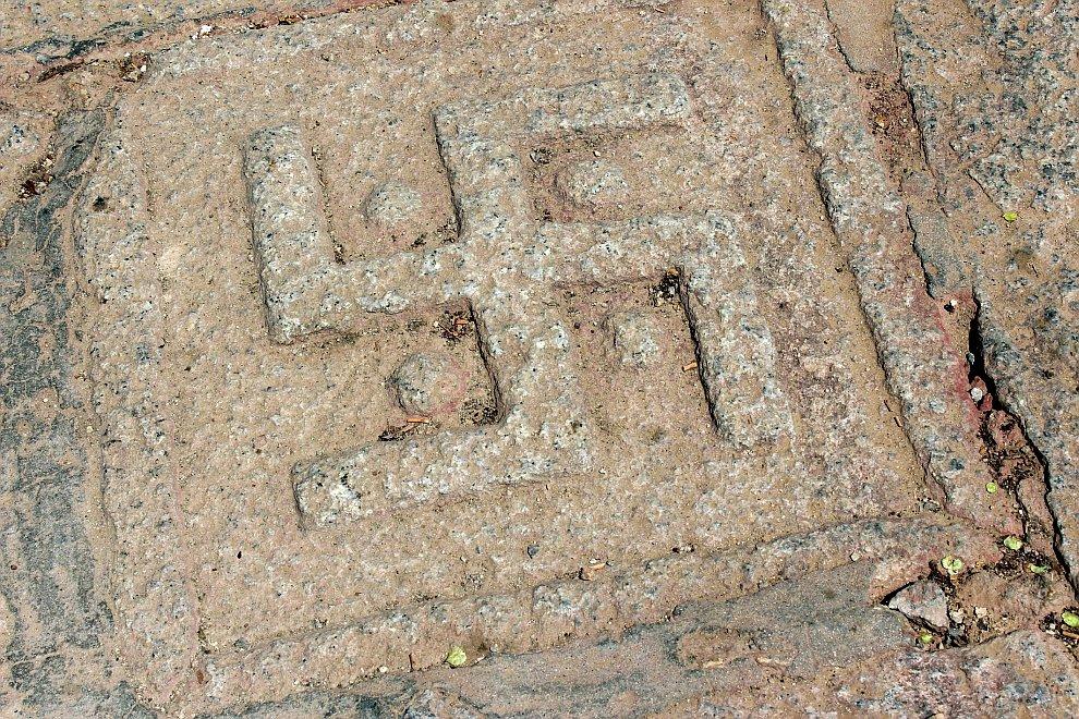 Изображения свастик встречаются на Тибете повсеместно