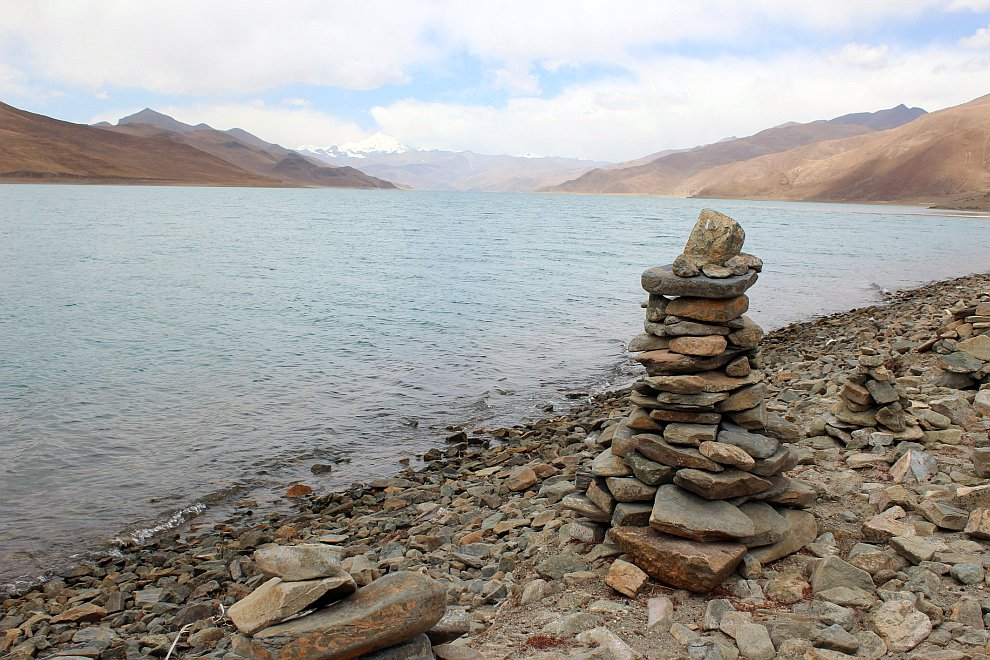 Весь берег озера Ямдрок Тсо усыпан молитвенными пирамидками
