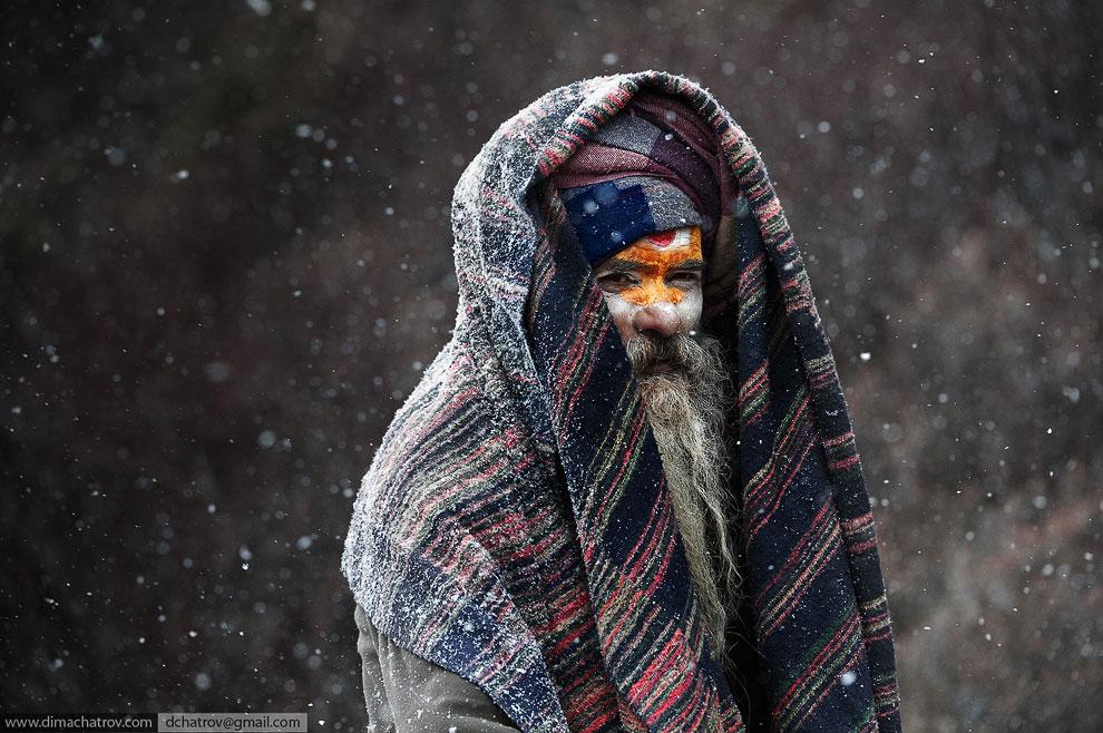Одинокий Садху бредет через снегопад к священному озеру Госайкунд