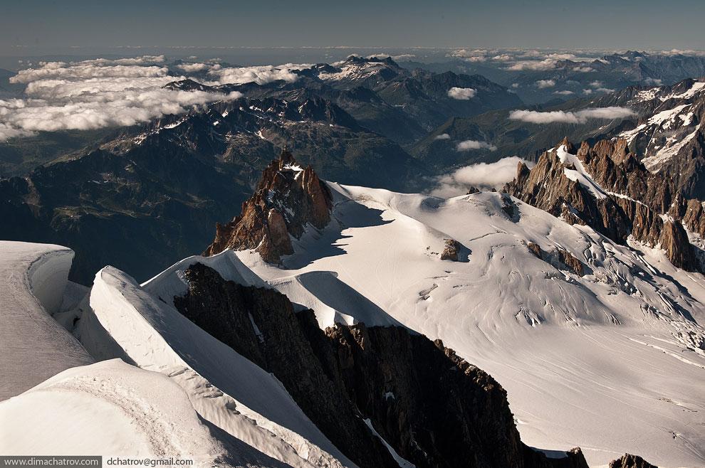 Хижина Космик (Cosmiques) с вершины горы Монблан в Альпах