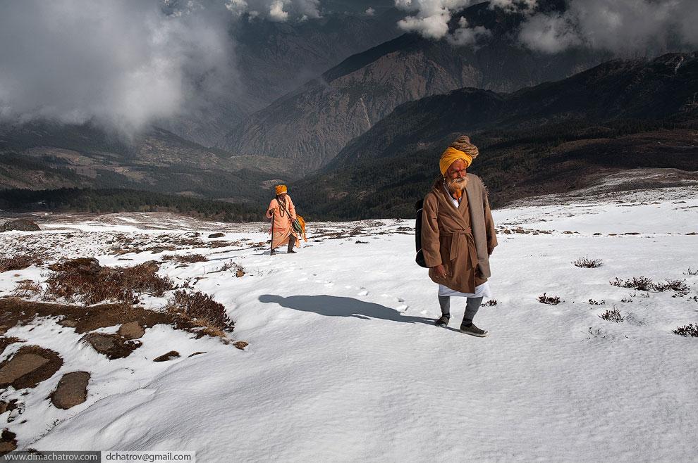 Двое садху в Гималаях