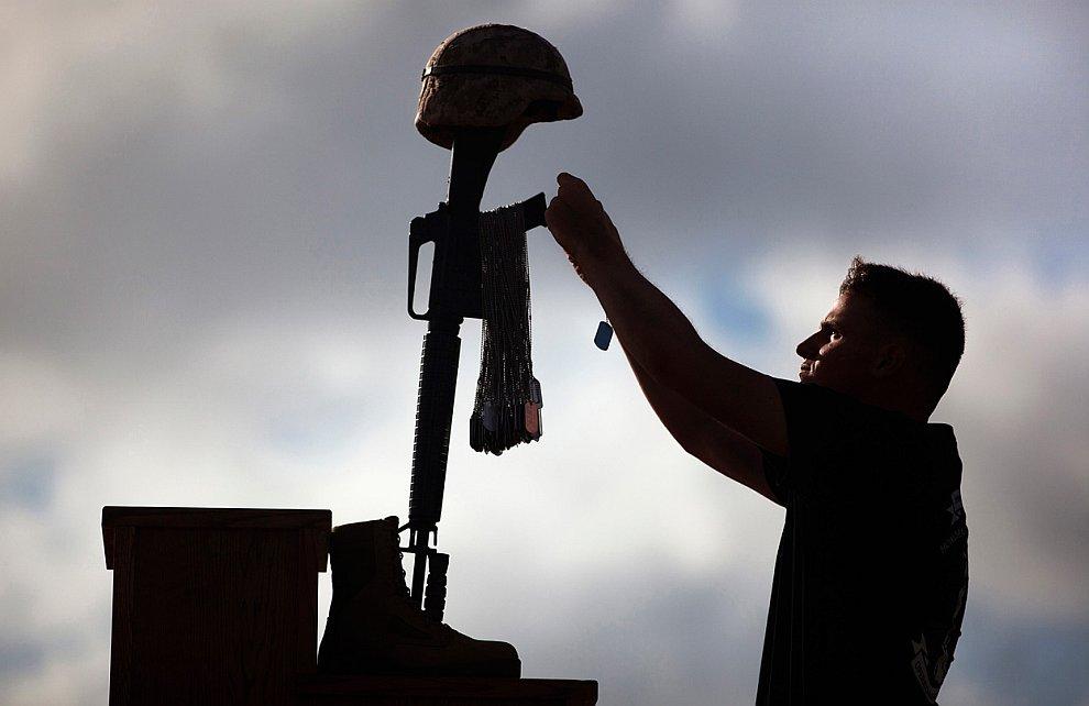 Самодельный мемориал, сделанный американскими солдатами