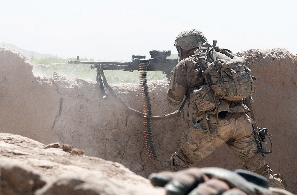 Американский солдат стреляет по противникам из пулемета M240B