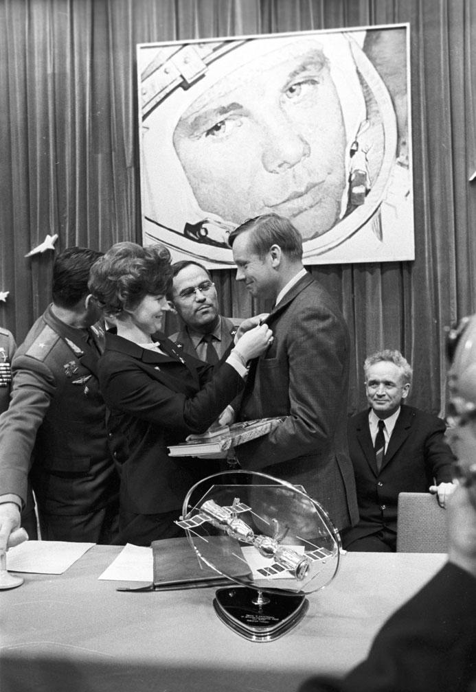 Нил Армстронг и Валентина Терешкова на фоне портрета Юрия Гагарина