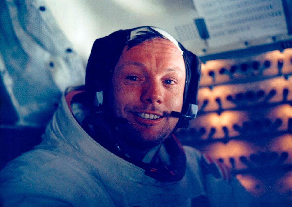 Нил Армстронг внутри лунного модуля во время возвращения с Луны на космический корабль