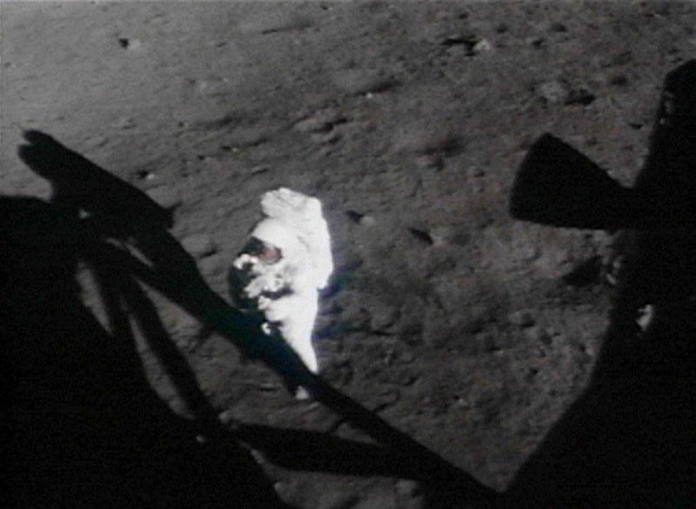 Нил Армстронг на поверхности Луны