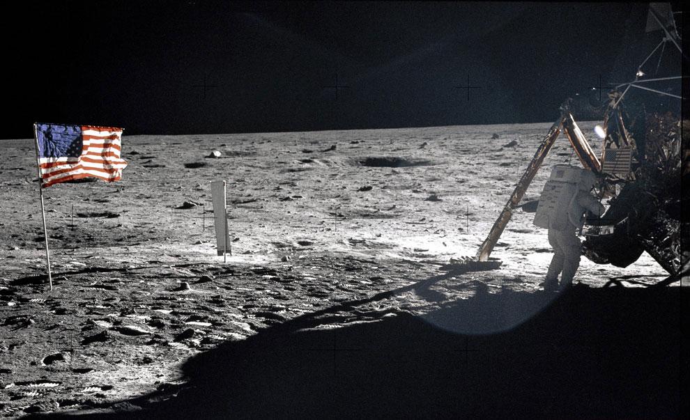 Американский астронавт Нейл Армстронг рядом с посадочным модулем на поверхности Луны
