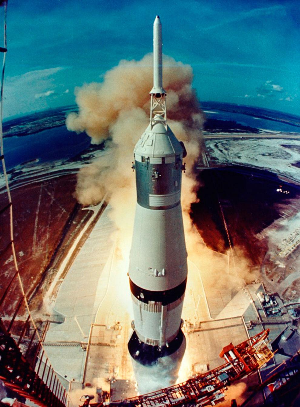 Старт ракеты с космическим кораблем «Аполлон-11»