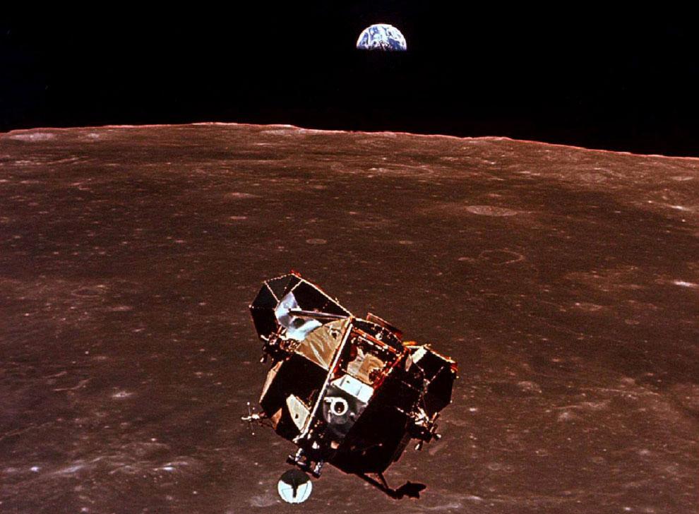 Астронавты Нил Армстронг и Эдвин Базз Олдрин возвращаются на лунном модуле на космический корабль