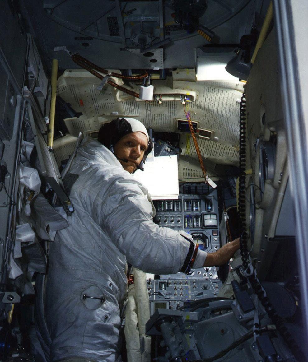 Нил Армстронг проходит тренировки в лунном модуле
