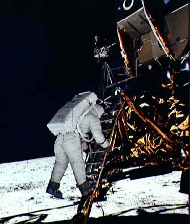 Астронавт Эдвин Базз Олдрин спускается с лунного модуля на поверхность Луны