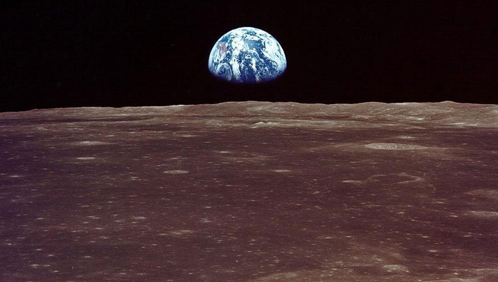 Вид на Землю с лунной орбиты
