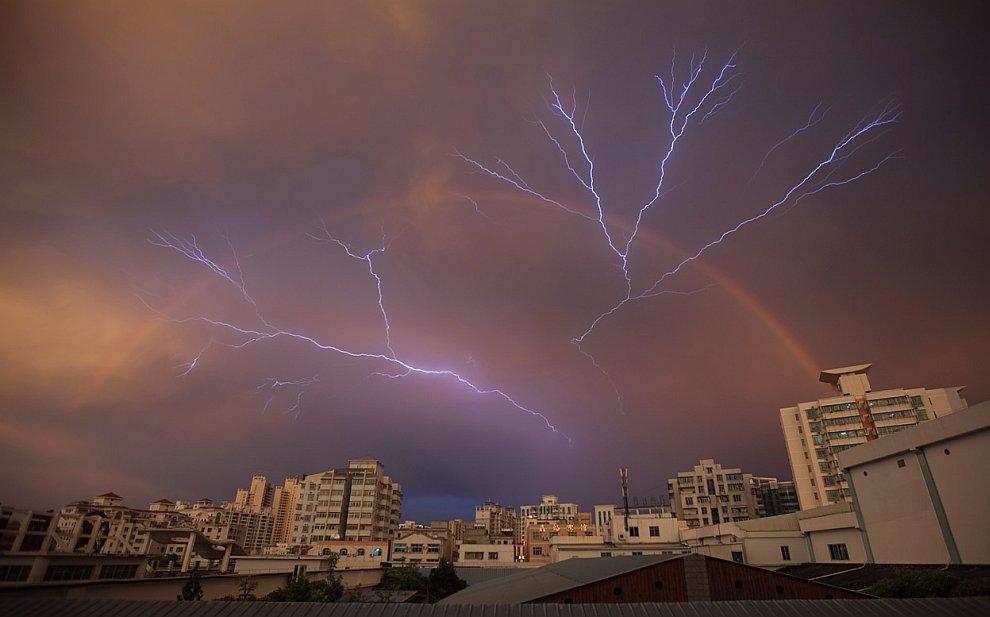 Радуга и удар молнии после ливня в городе Хайкоу, провинция Хайнань