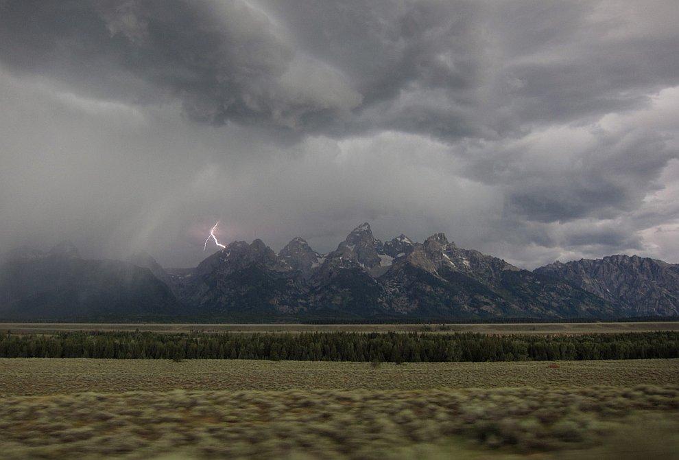Пейзаж с молнией в Национальном парке США Гранд-Тито