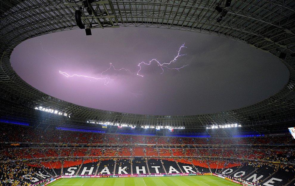 Молния над стадионом в Донецке, Украина