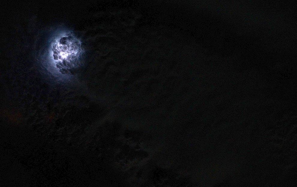 Молния освещает облако изнутри