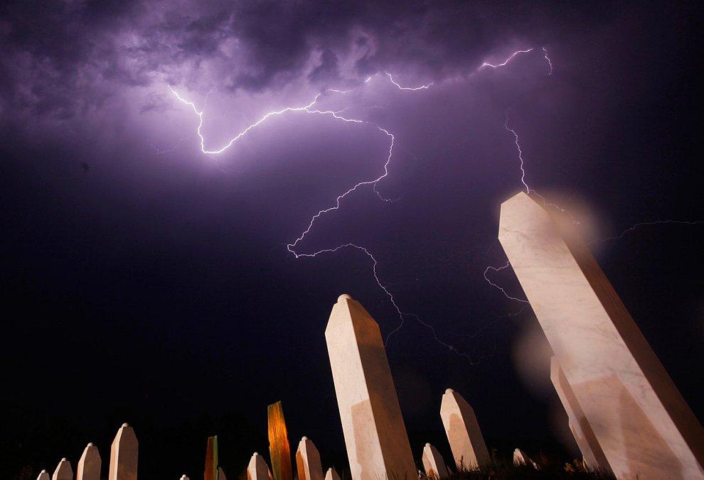 Удар молнии над массовым захоронением в Сребренице, Босния и Герцеговина