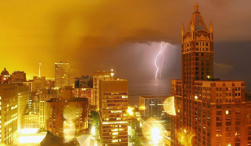 Молнии над озером Мичиган в Чикаго