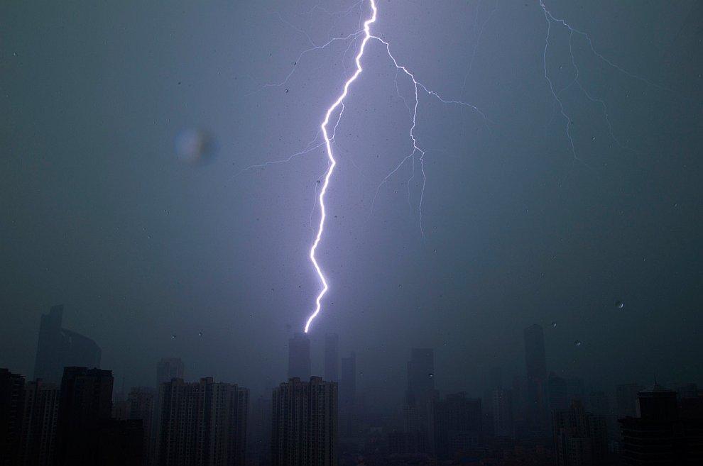Буря в центре города Шанхай