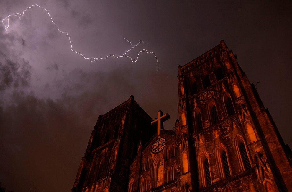Удар молнии над собором святого Иосифа, Ханой, Вьетнам