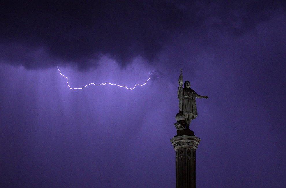 Монумент Колумбу — изящный неоготический постамент 1885 года