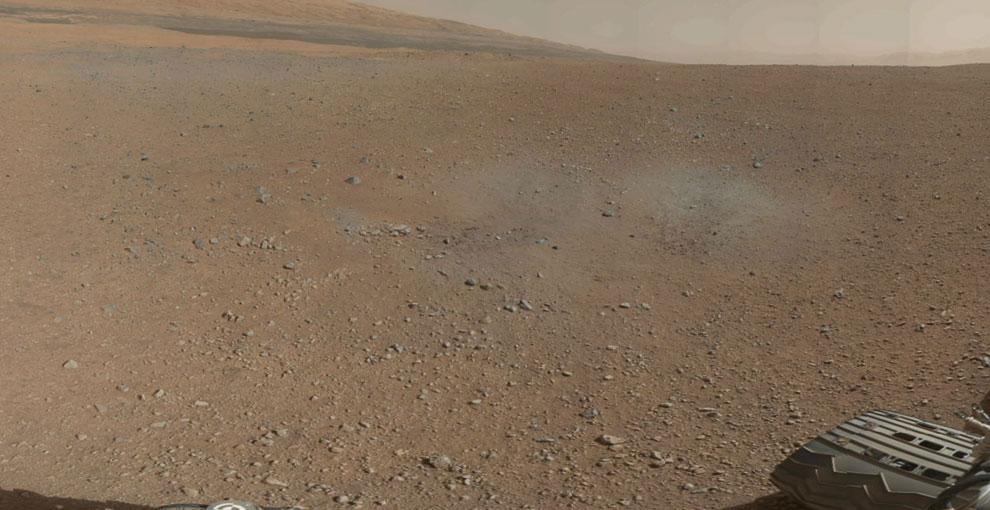 На этой фотографии видна гусеница «Любопытного» марсохода