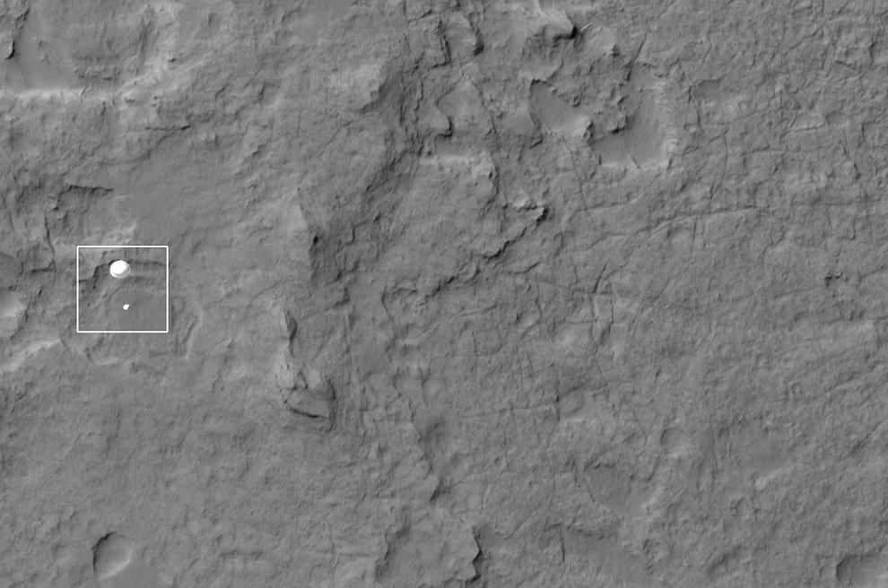 Фотография спуска марсохода на парашюте на поверхность Марса