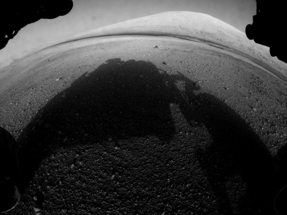 На фотографии видна тень от марсохода на поверхности Марса