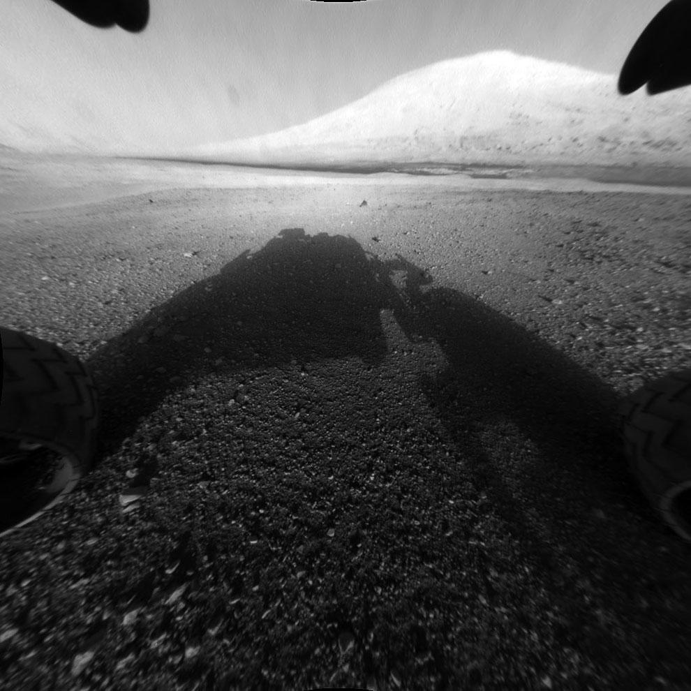 На этой фотографии видны колеса Curiosity на грунте
