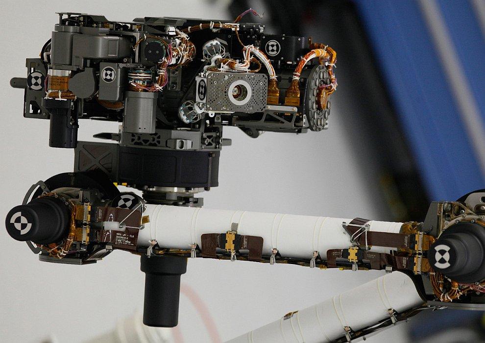 На его борту установлены 10 научных приборов, которые позволят марсоходу проводить детальные геологические и геохимические исследования