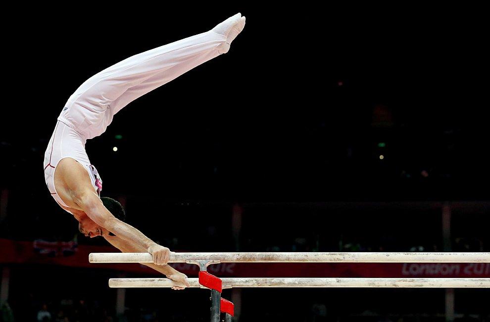Художественной гимнастика у мужчин, упражнения на брусьях