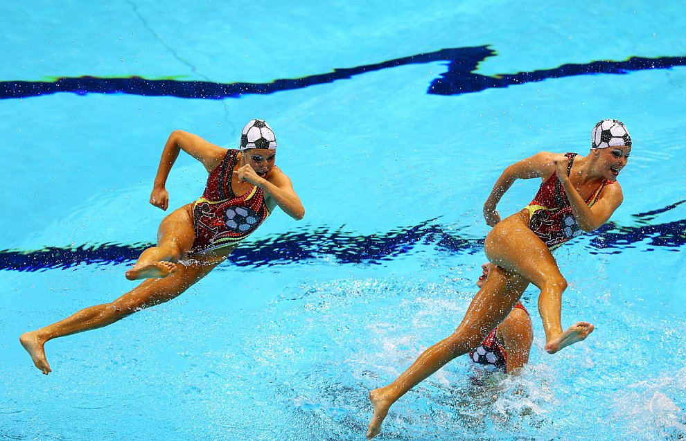 И снова синхронное плавание. Выступает команда из Канады