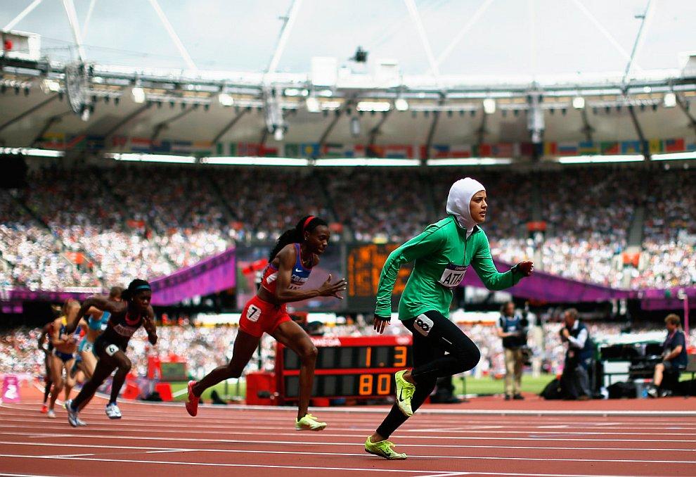 Сара Аттар (на переднем плане) стала первой бегуньей в истории Саудовской Аравии, принявшей участие в Олимпийских соревнованиях