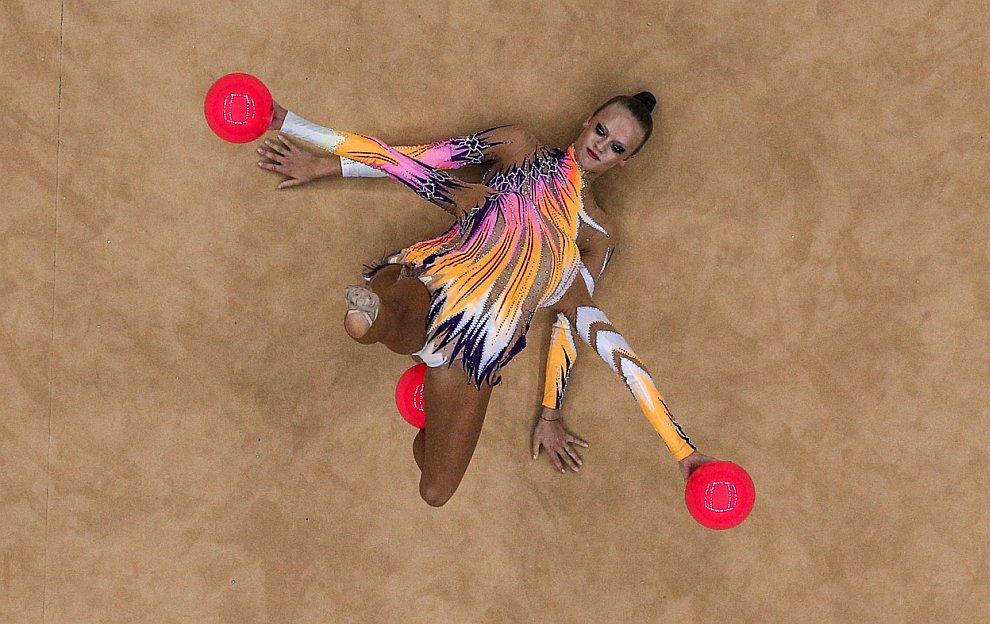 Выступление немецких спортсменок в соревновании по художественной гимнастике