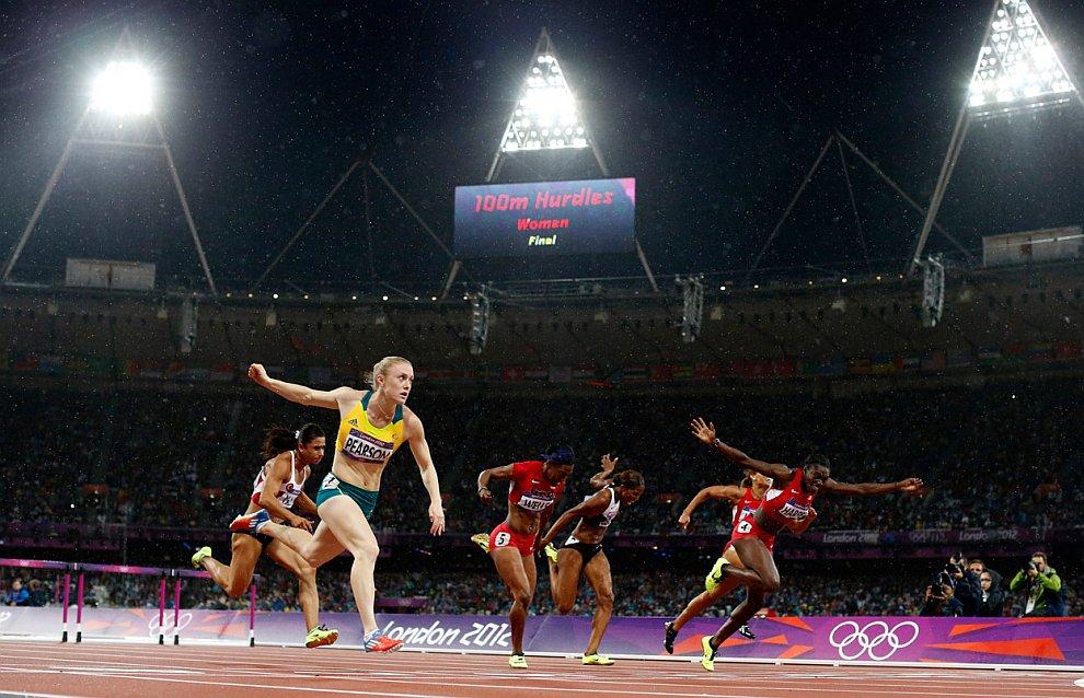 Салли Пирсон из Австралии (на переднем плане) завоевала золото в беге на 100 метров с барьерами