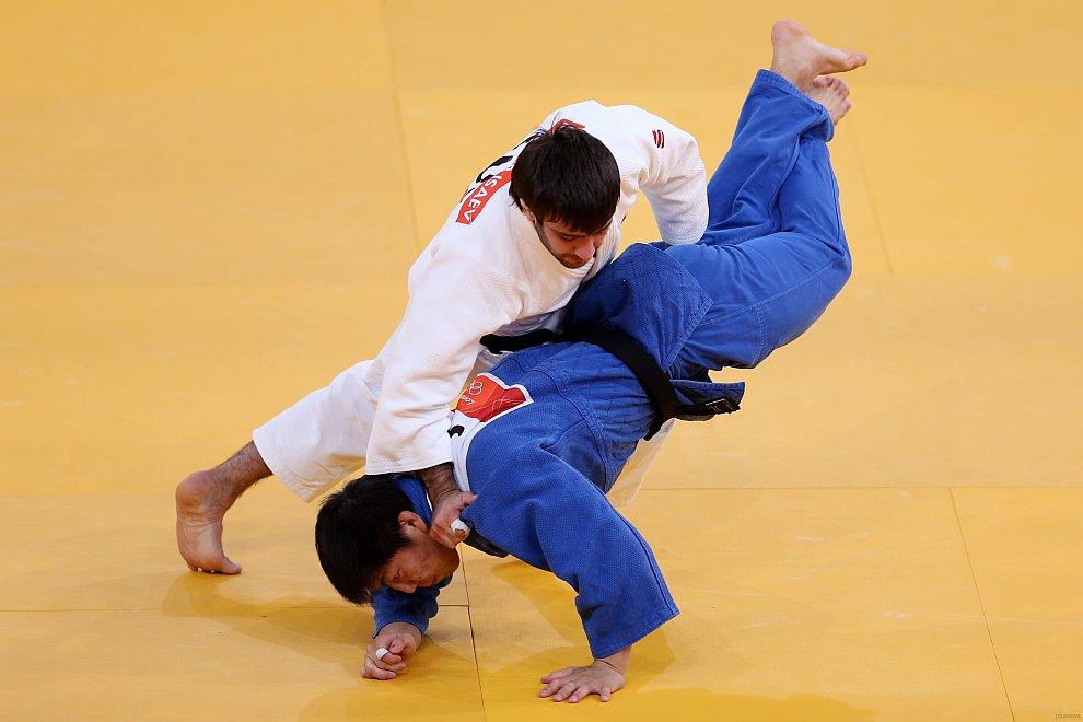 Россиянин Мансур Исаев (в белом кимоно) одержал победу в финальном поединке олимпийского турнира по дзюдо в категории до 73 кг