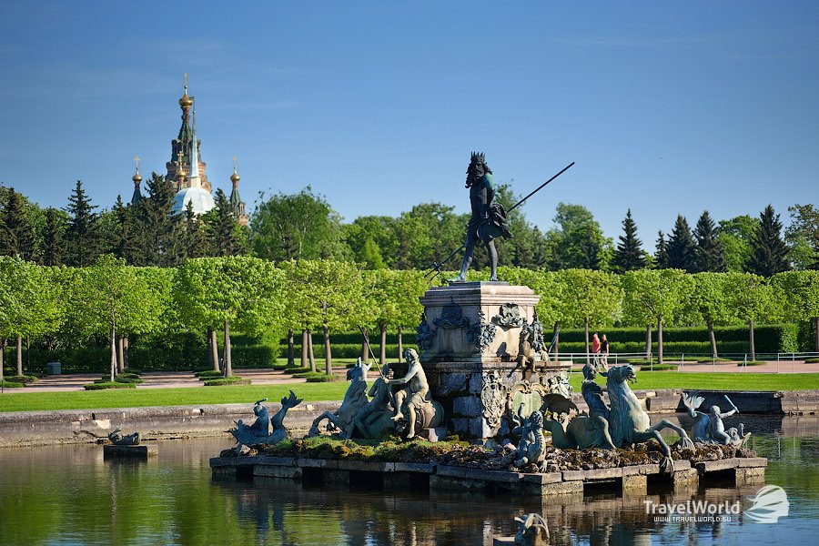 Центральная композиция Верхнего сада — фонтан «Нептун»