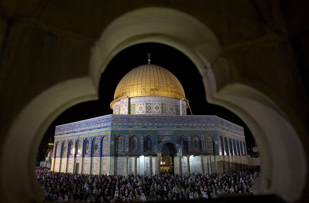 Верующие в мечети Аль-Акса