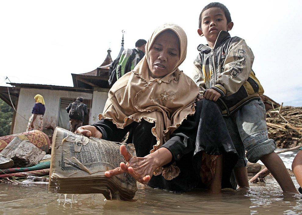Женщина пытается спасти Коран