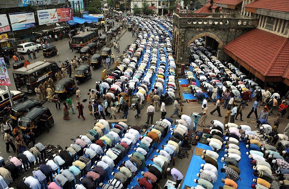 Молящиеся около железнодорожного вокзала в Мумбаи
