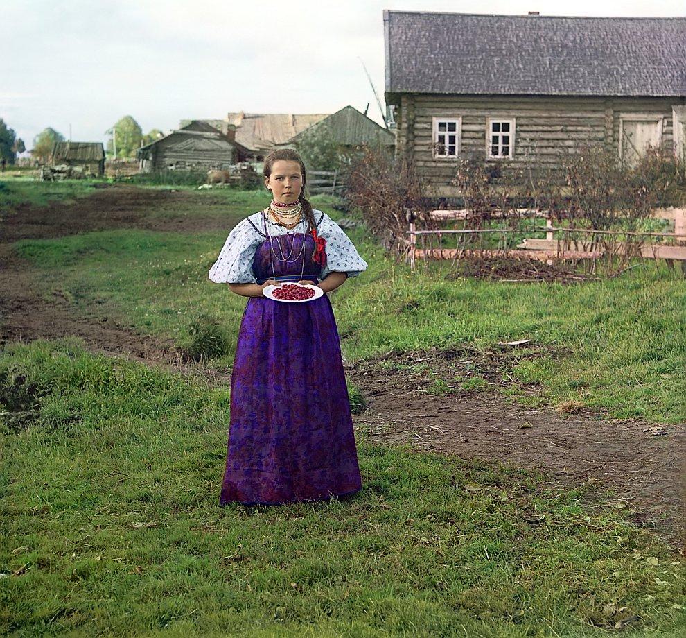 Вологодская область, Кирилловский район. Девушка с земляникой, 1909 год