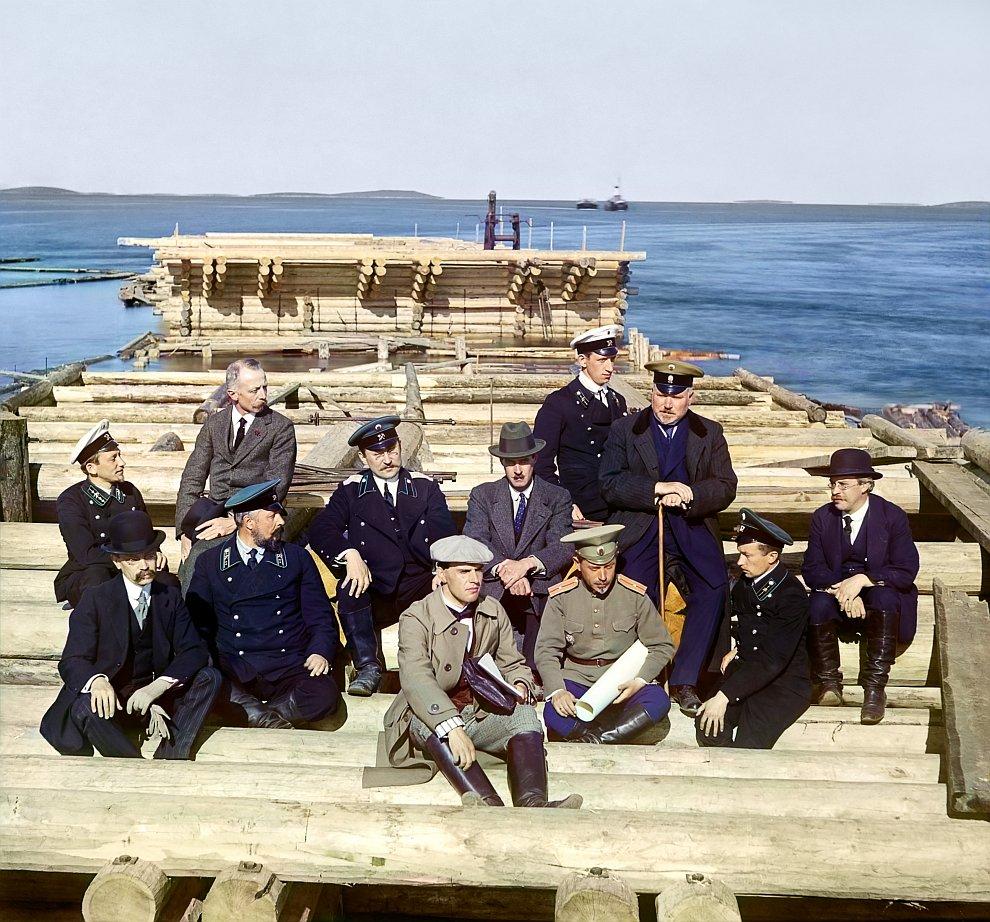 Республика Карелия. Группа участников железнодорожной постройки. Строящийся причал, Кемь, 1916 год
