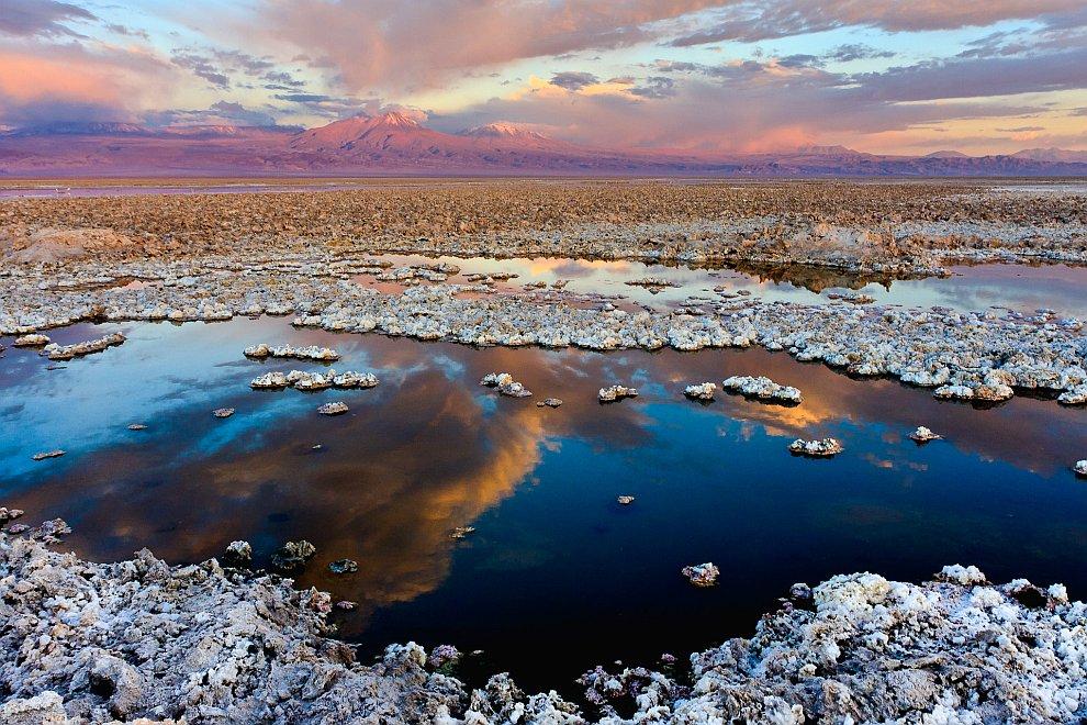 Солончак в пустыне Атакама. На заднем плане вулкан Ликанкабур